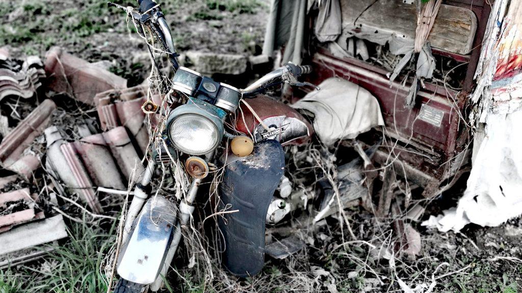小池塘旁废弃的三轮摩托车